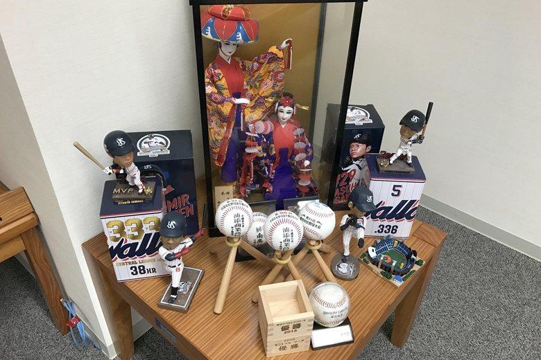 商工會議所內養樂多球團寄贈的各項球員商品,該所也支持棒球名門浦添商業高校。 圖/...