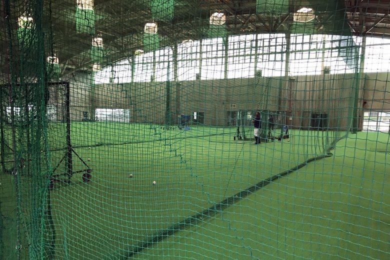 當地的室內體育館,在整修後相當適合職棒訓練,圖為巴倫丁練打。 圖/作者自攝