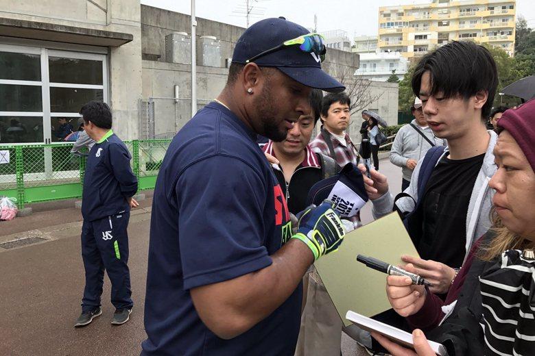 堵在小徑上的熱情球迷,請人氣選手巴倫丁簽名。 圖/作者拍攝