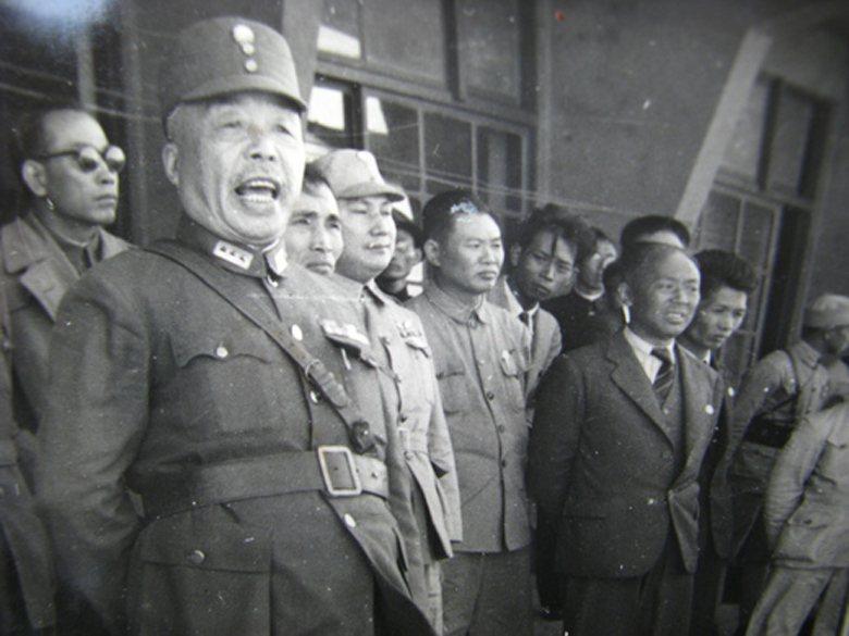 如果有足夠的部隊,讓國軍可以迅速穩住各地秩序,陳儀(左一)應該就不會陷入到恐慌狀態,以至於言詞迫切的向中國大陸的國民政府要求派軍。