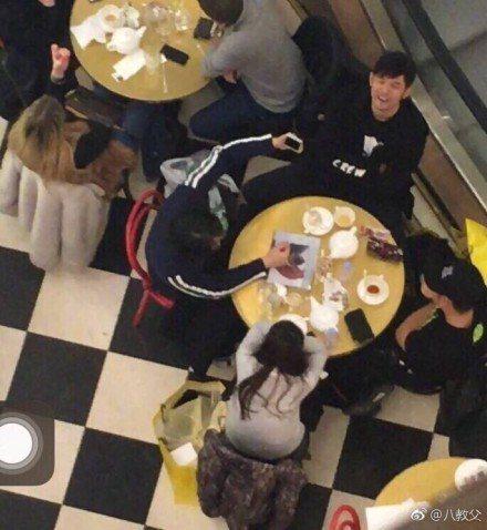 周杰倫和朋友用餐。圖/摘自微博