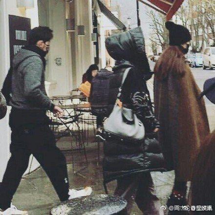 周杰倫和昆凌一前一後走出餐廳。圖/摘自微博