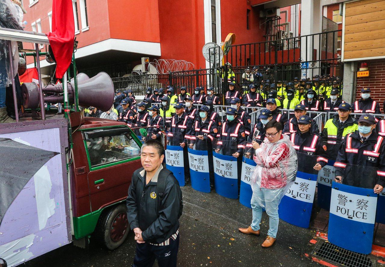 抗議年金改革,「八百壯士」在立法院外圍陳抗,大批警力駐守。記者鄭清元/攝影