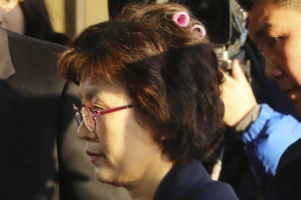 戴著捲髮器上班 南韓憲法法院代院長變網紅