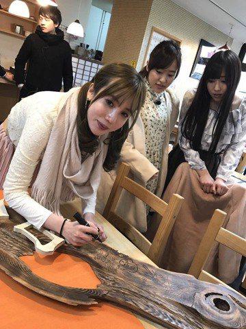 藝人樓心潼及張艾亞在10日上午抵達松山機場為「早安少女組。17'」接機,獻上美麗的花束。她們見到先前到日本錄製民視跟TBS合作的「日本天南地北遊」節目的主持搭檔,兩人都十分興奮儼然跟身邊熱...