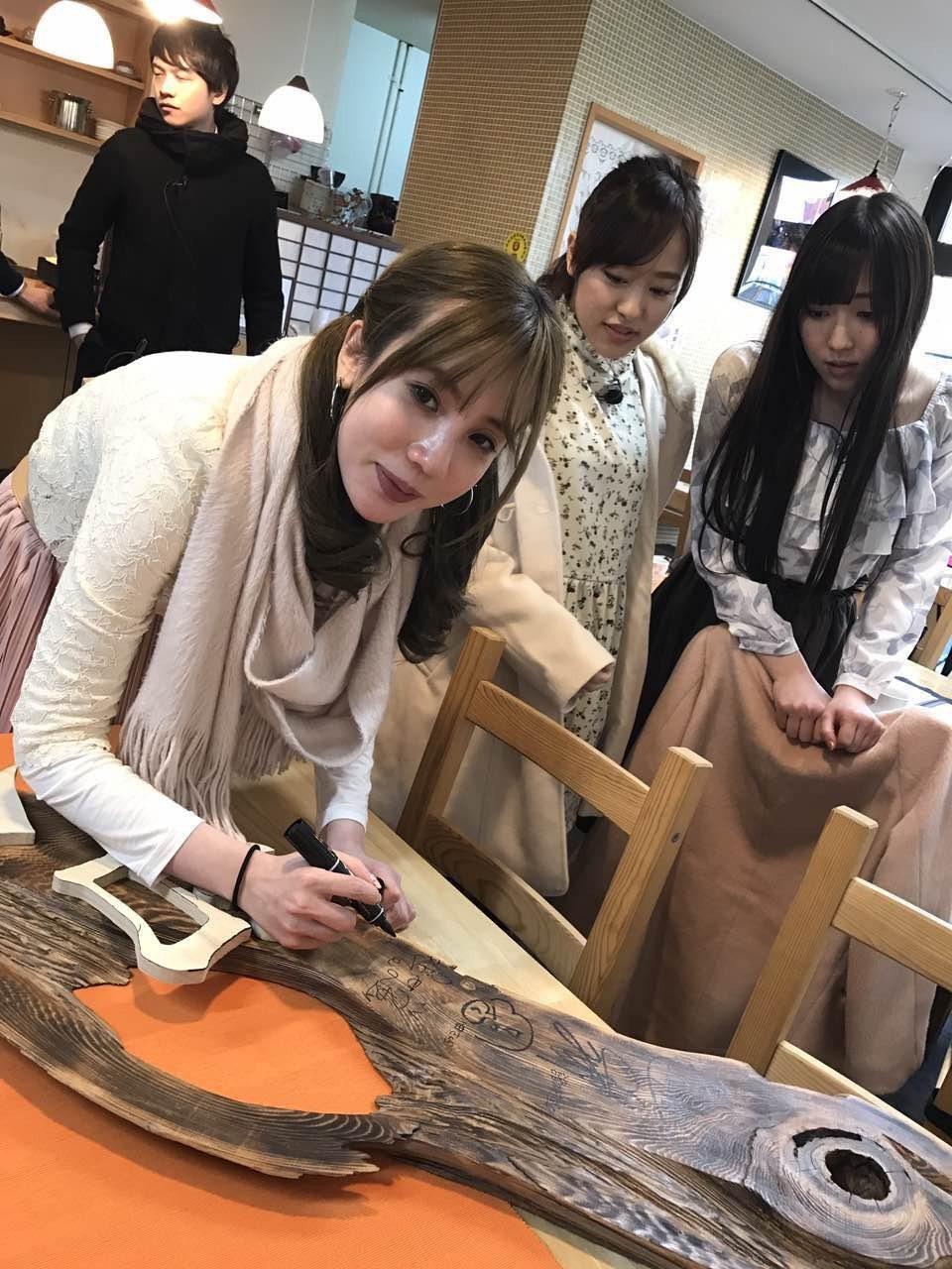 張艾亞在日本簽名留念。圖/民視提供