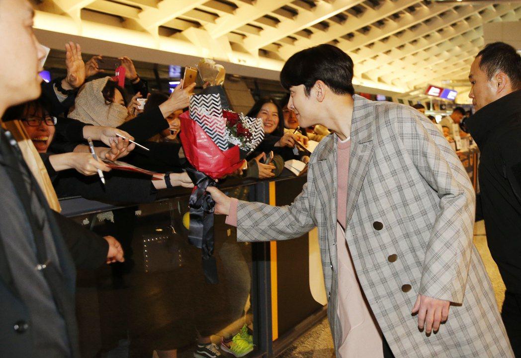 韓星池昌旭傍晚抵台,看到粉絲捧著花束,他主動上前接下粉絲的花束。記者鄭超文/攝影