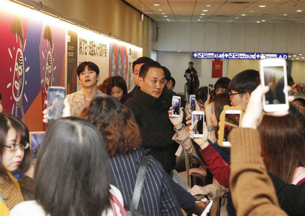韓星池昌旭傍晚搭乘KE-693班機抵達桃園機場,這是他第五度訪台,管制區內就有超...