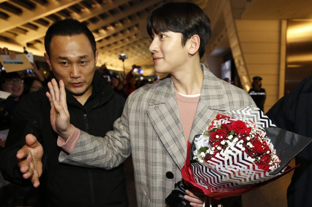 韓星池昌旭傍晚搭乘KE-693班機抵達桃園機場,這是他第五度訪台。記者鄭超文/攝...