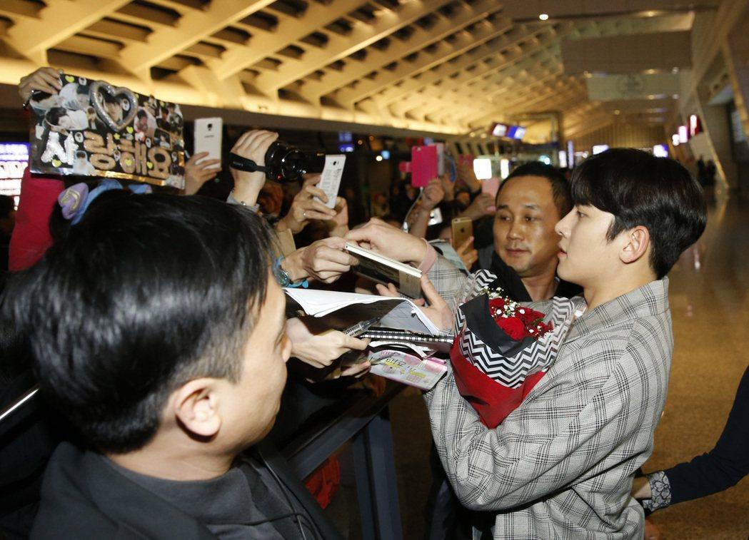 韓星池昌旭傍晚搭乘KE-693班機抵達桃園機場,池昌旭多次停下來幫粉絲簽名。記者...