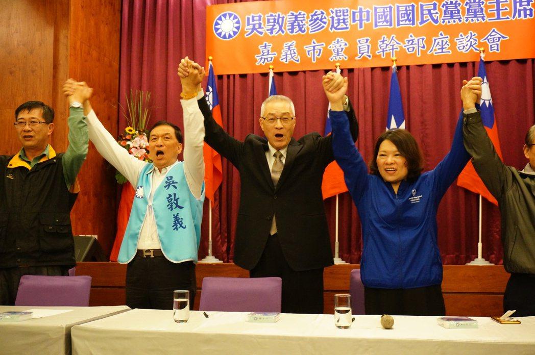 吳敦義(右2)到嘉市爭取選票,黃敏惠(右1)等人站台。記者林伯驊/攝影