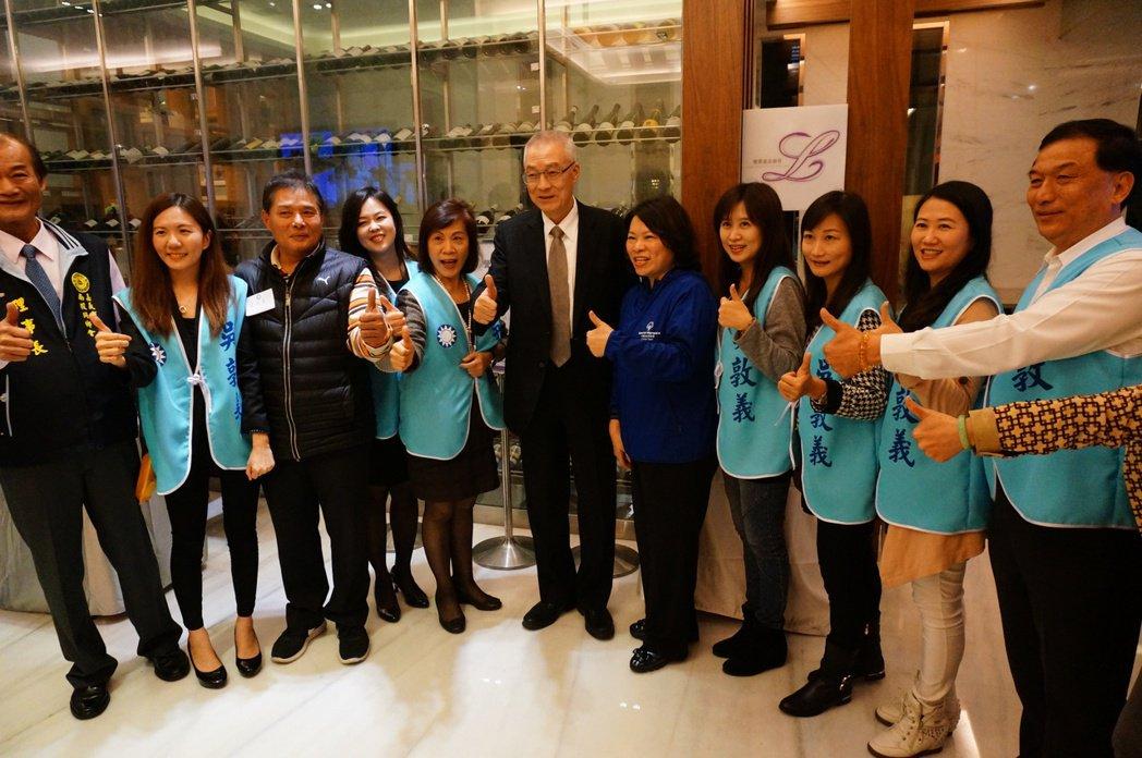 吳敦義(右6)在嘉義市人氣高。記者林伯驊/攝影