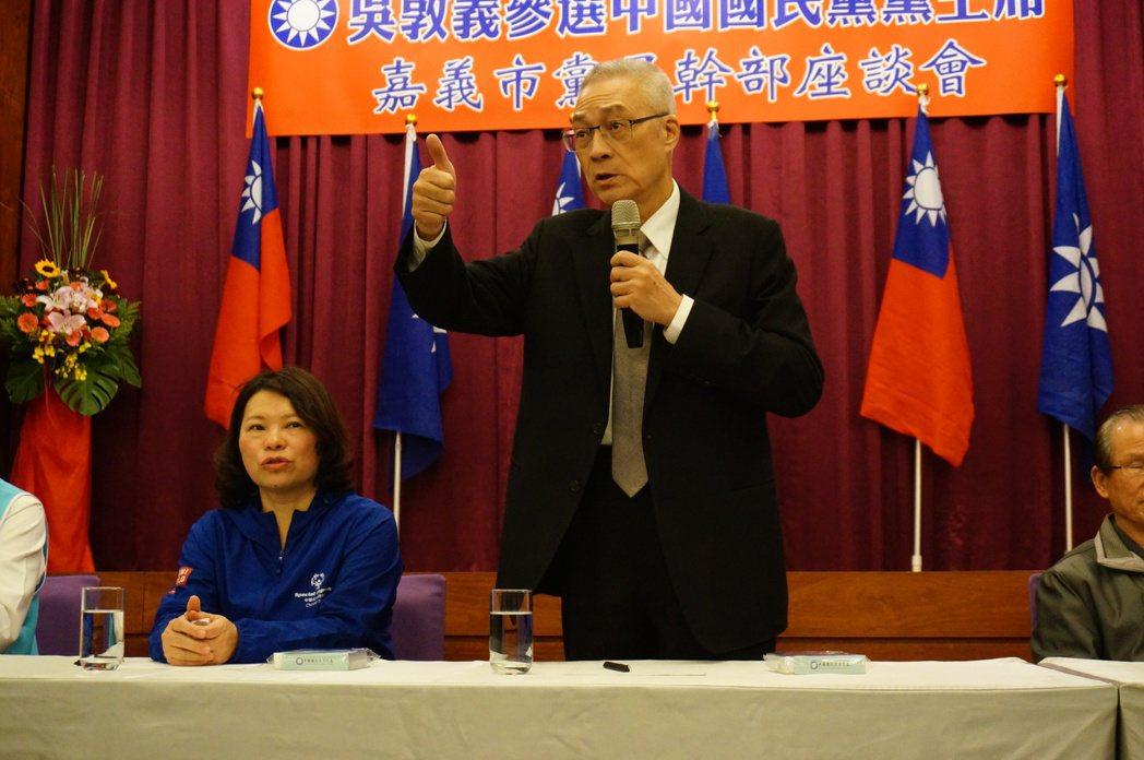 國民黨主席參選人吳敦義(右)今天到嘉市鈺通飯店和黨員幹部座談。記者林伯驊/攝影