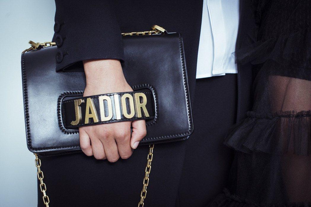 JADIOR黑色小牛皮手拿包,價格店洽。圖/Dior提供