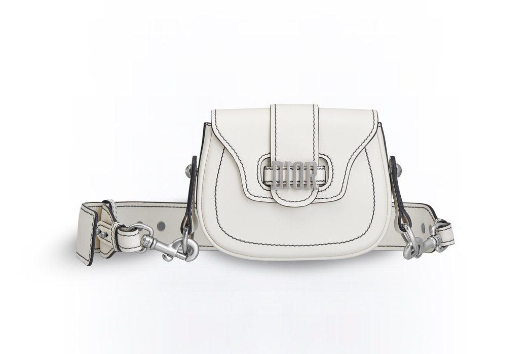 D-Fence拿鐵白色小牛皮迷你款馬鞍包,售價73,000元。