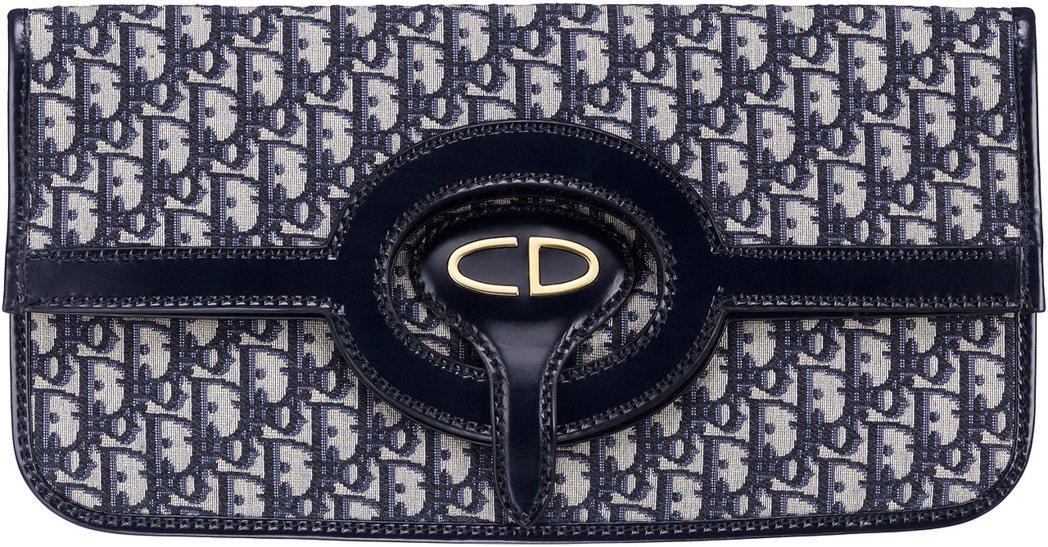 Dior Oblique丹寧色復古logo花紋帆布牛皮緄邊信封折疊式手拿包,售價...