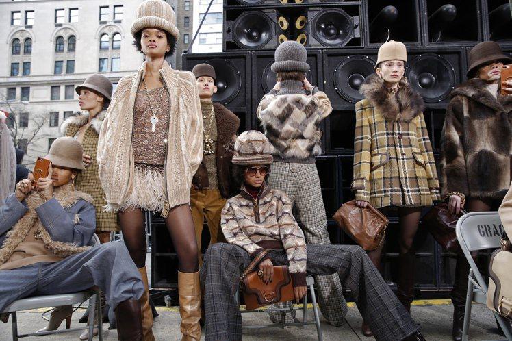 紐約時裝周期間MARC JACOBS發表現場不使用手機,秀後模特兒在室外以手機拍...