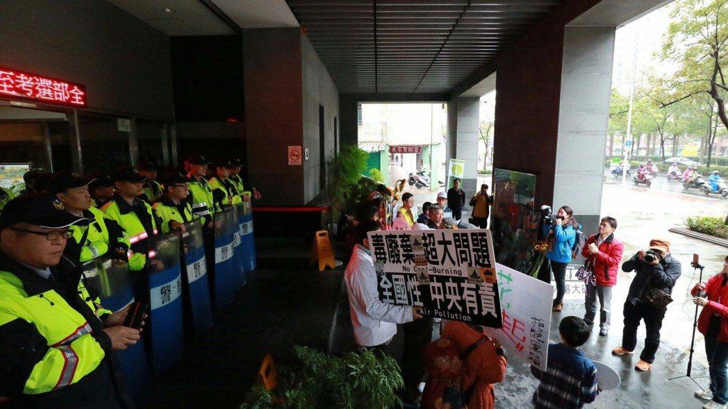 彰化環境保護聯盟、彰化縣要健康婆婆媽媽團,台灣健康空氣行動聯盟今天在環保署要求旁...