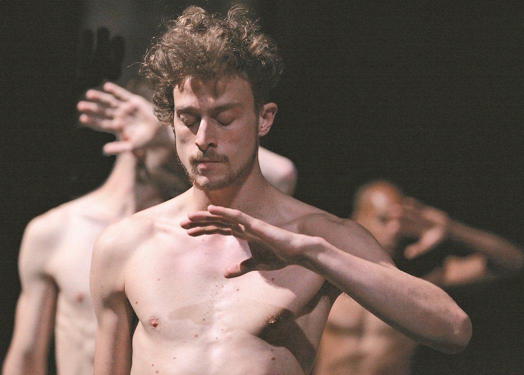 國際知名法國編舞家奧利佛.杜柏的作品《悲.慾》,由18位全裸舞者演出。 圖/高雄...