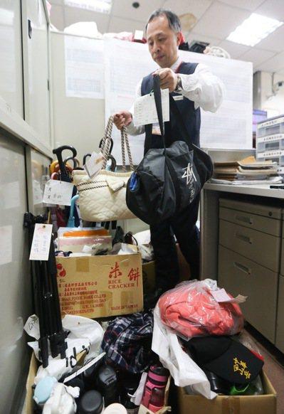 台北車站每天都會撿到3到5件遺失物,暑假「旺季」一天可多達10餘件,其中不乏大件...