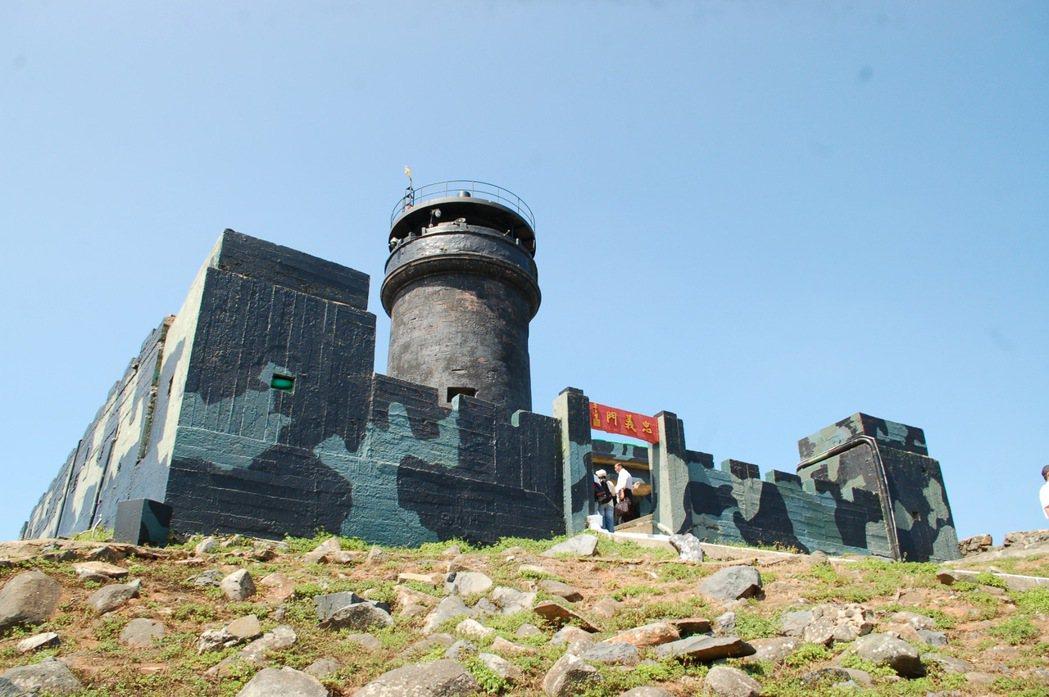 有百年歷史的烏坵燈塔,是島上歷史最悠久的建築物。 圖/報系資料照