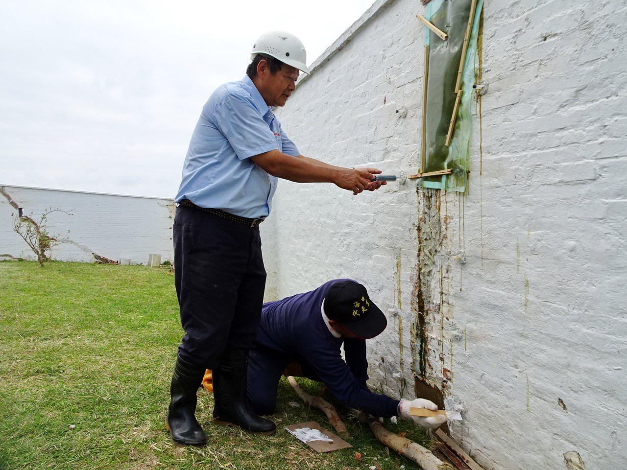今年7月屆齡退休的鵝鑾鼻燈塔主任彭念陸(左),以保存原貎的修護法填補圍牆裂縫,每...