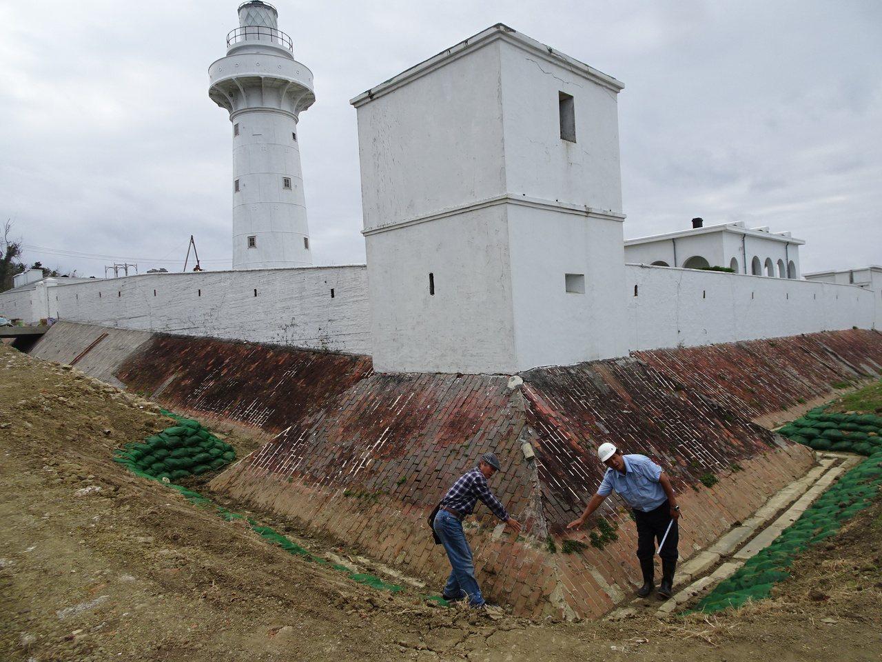 清末建造的鵝鑾鼻燈塔武裝圍牆旁壕溝,側邊土方坍陷約三十公分,彭念陸以生態工法修護...