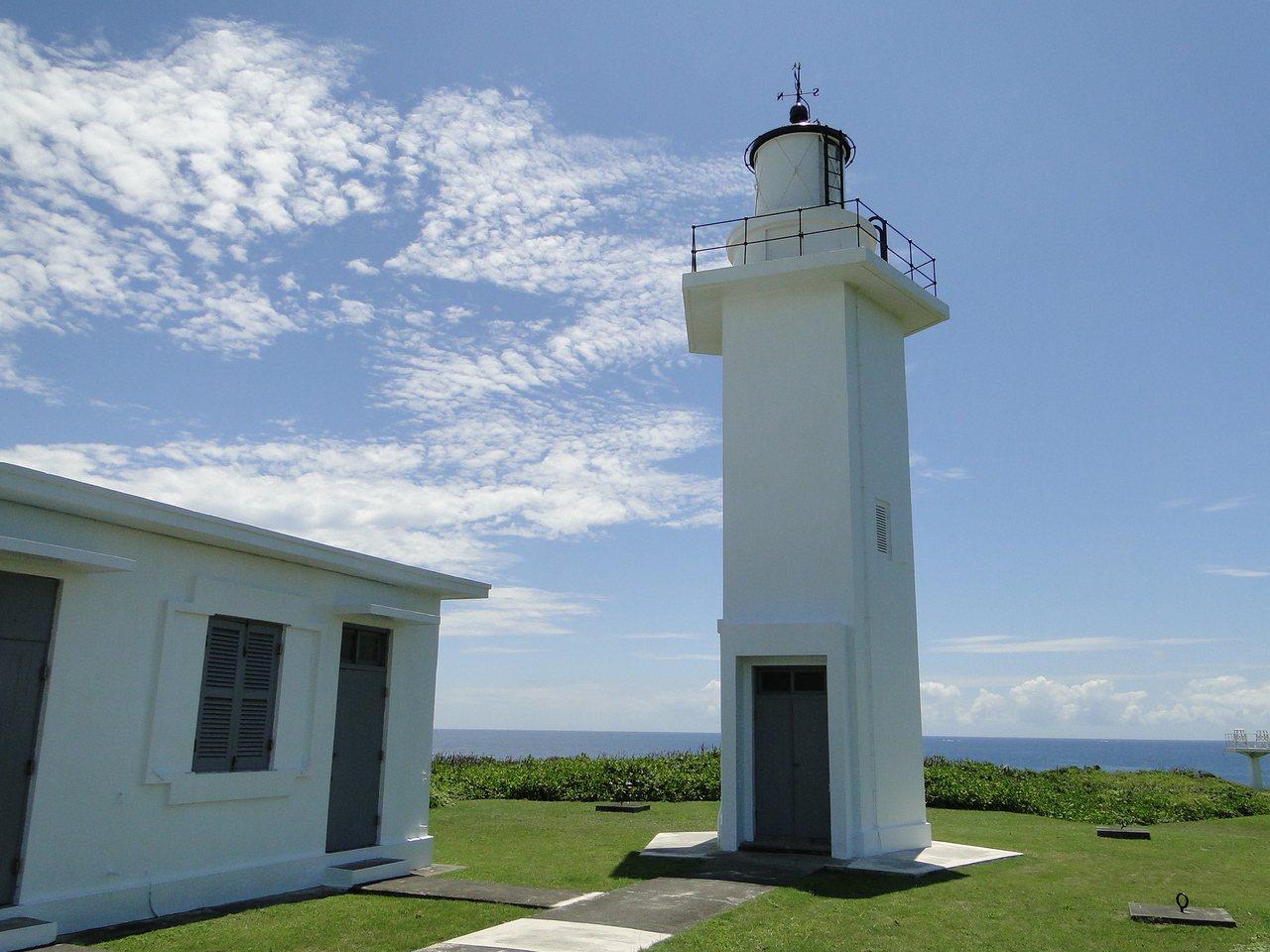 花蓮奇萊鼻白色燈塔聳立綠地,景色優美。 記者范振和/攝影