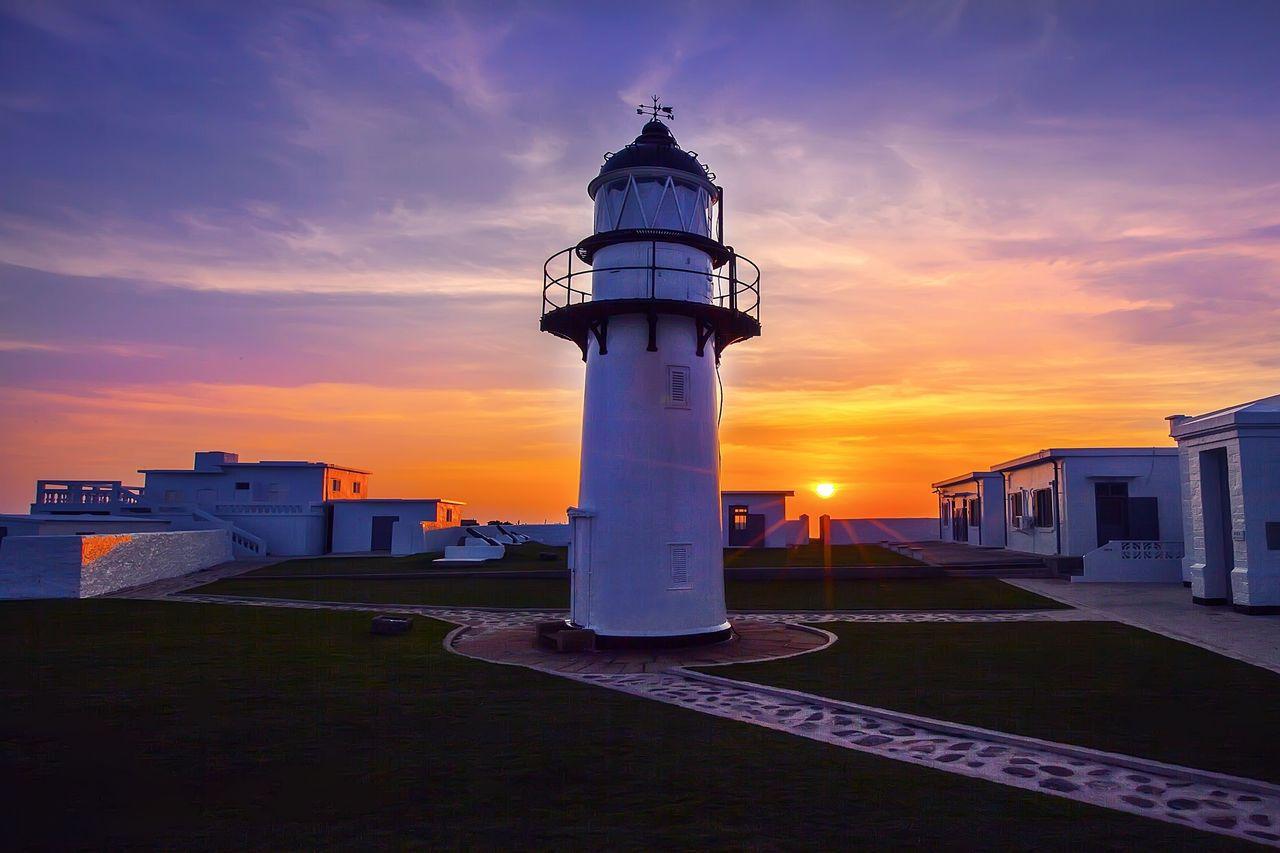 漁翁島燈塔在西嶼落霞美景襯托下,共賞夏夜的寧靜與浪漫。 圖/澎管處提供