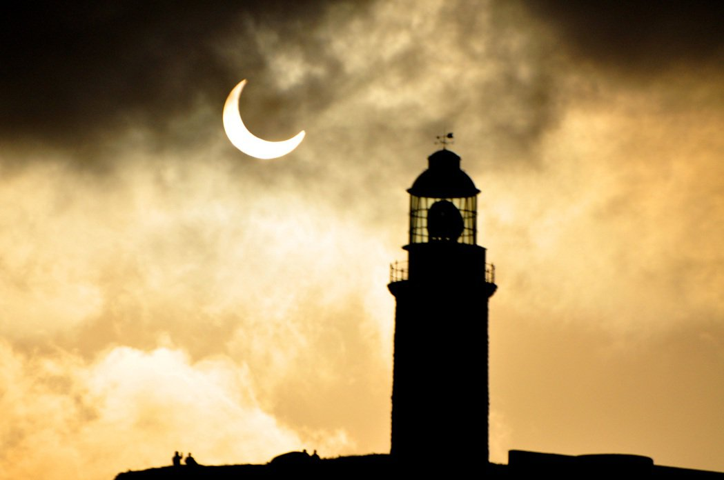 圖為2012年5月21號清晨中央氣象局人員在連江縣莒光鄉東莒島拍攝的日食景象,旁...