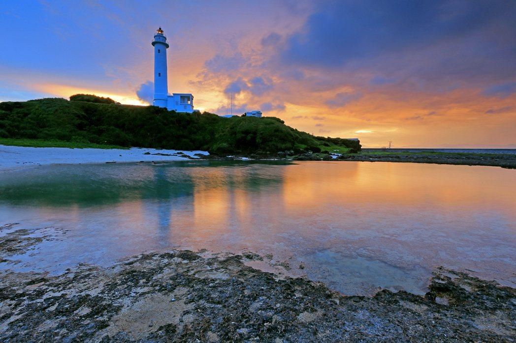 綠島燈塔夕陽無限美。 圖/綠島鄉公所提供