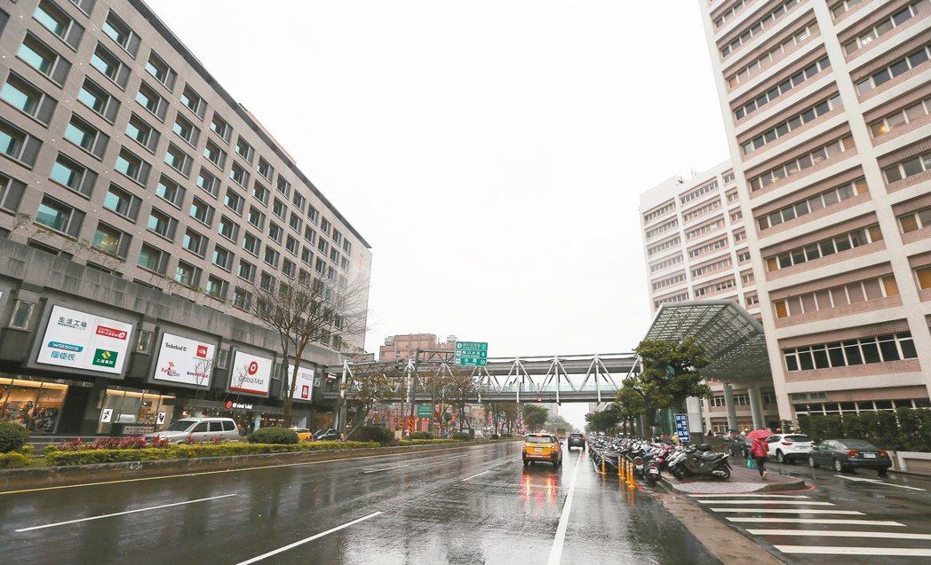 桃園機場捷運長庚醫院站周邊,桃園市龜山區復興一路街景。 記者陳嘉寧/攝影