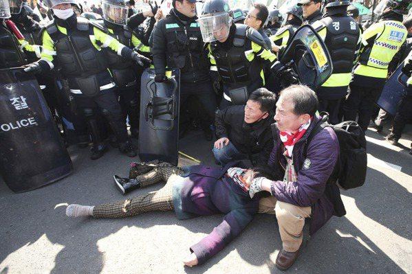 首爾反朴與挺朴民眾激烈衝突 已3死