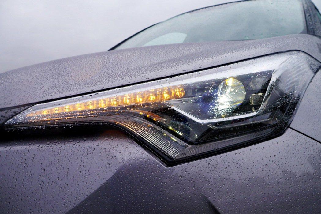 LED Bi-Beam頭燈組及首次導入的LED序列式方向燈。 記者陳威任/攝影