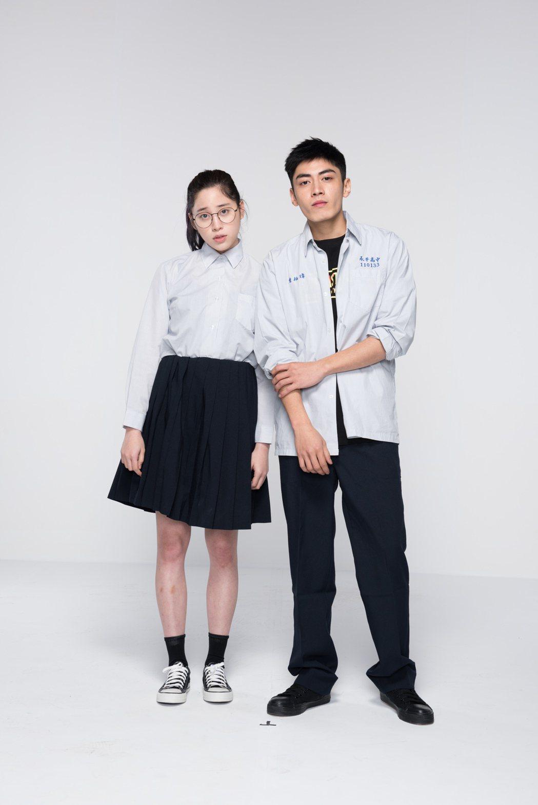 歐陽妮妮(左)與宋柏緯演出電影青春校園劇「天降神機」。圖/緯來提供