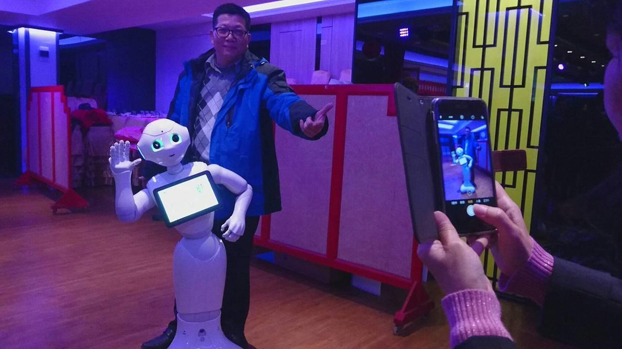 葛瑪蘭汽車客運引進人形機器人「Pepper」,與人互動3連拍,樣模很萌。記者羅建...