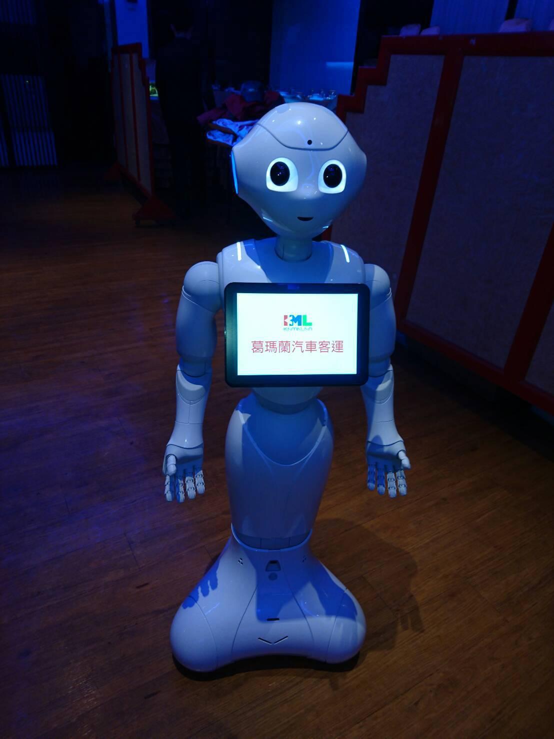 葛瑪蘭汽車客運引進人形機器人「Pepper」,在宜蘭縣羅東轉運站當迎賓專...