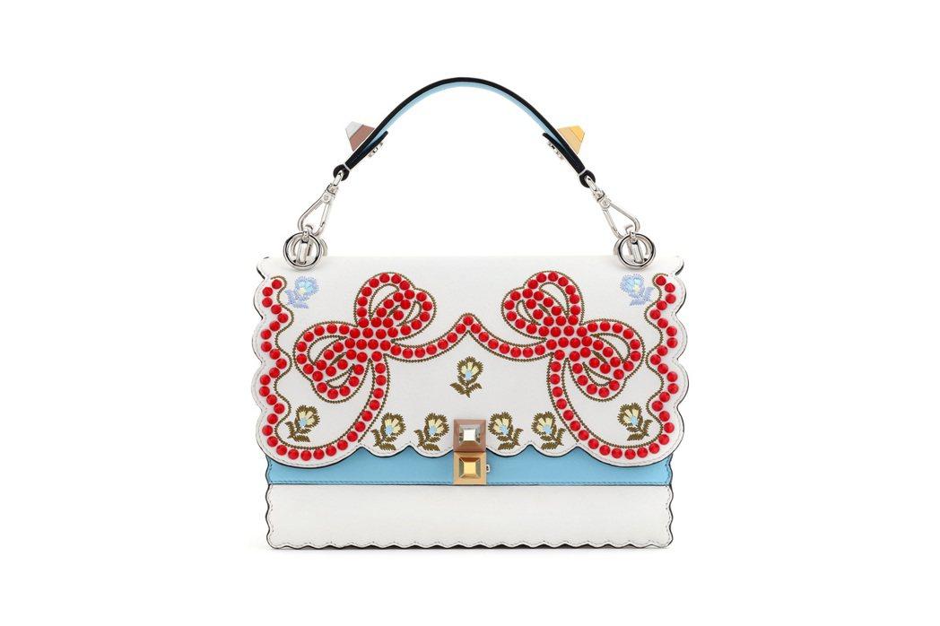 林心如背的FENDI Kan I白色蝴蝶結鍊袋包,價格店洽。圖/FENDI提供