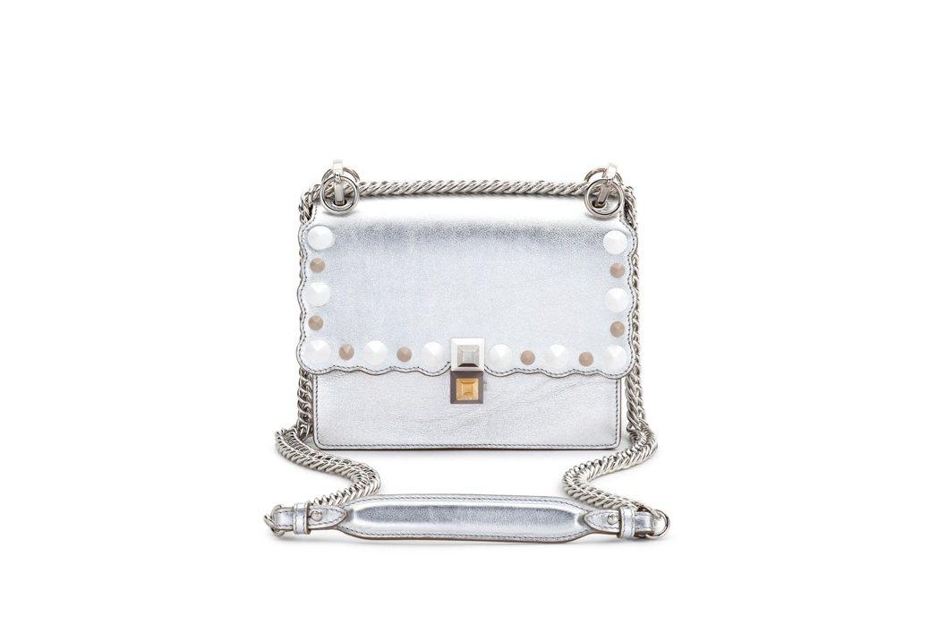 FENDI Mini Kan I 銀色鍊包,售價74,000元。圖/FENDI提...