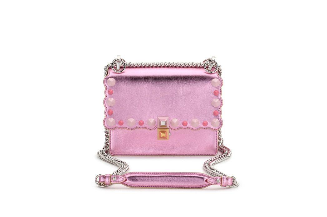 FENDI Mini Kan 粉銀色鍊包,售價74,000元。圖/FENDI提供