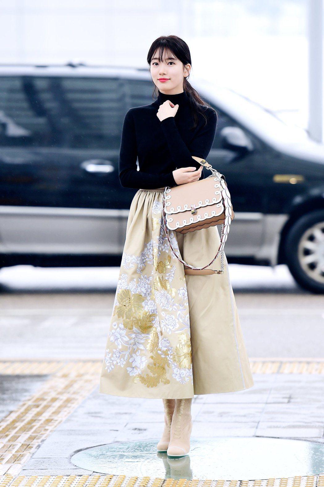 韓星秀智配戴FENDI Kan I咖啡色皮革包款搭白色波浪形飾邊。圖/FENDI...