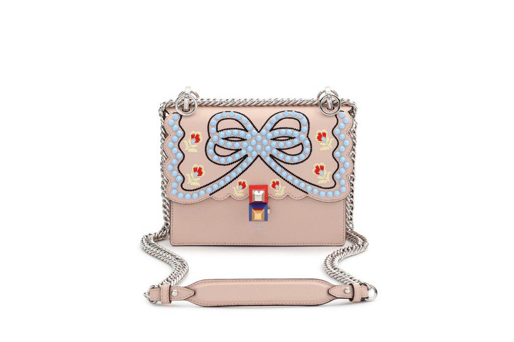 FENDI Mini Kan I 粉膚立體雕花鍊包,售價74,000元。圖/FE...