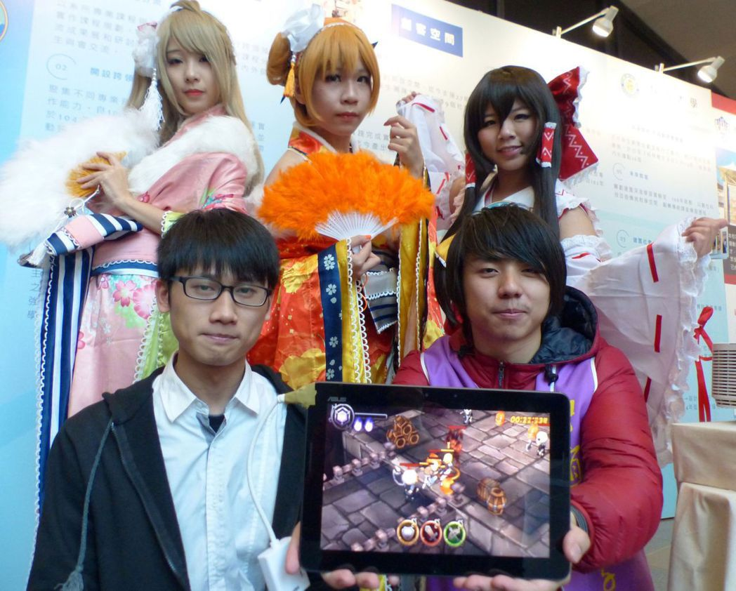 靜宜大學女學生把cosplay運用到手機遊戲「天意初端」裡,螢幕顯示的手遊「吉米...