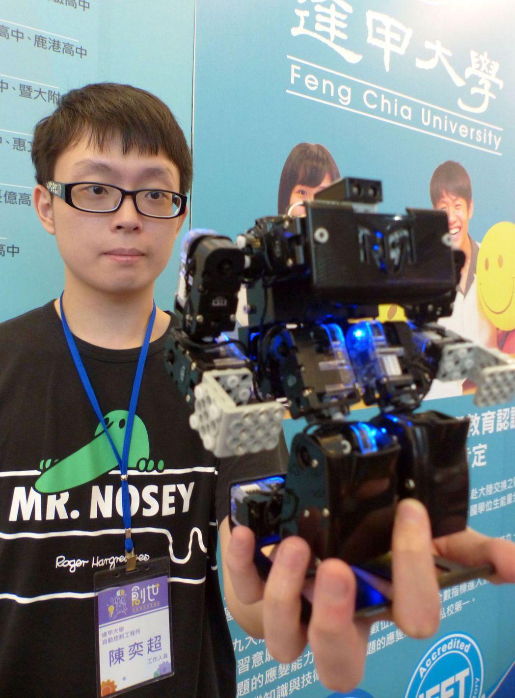 逢甲大學學生利用程式設計,讓機器人會翻滾、踢足球。記者趙容萱/攝影