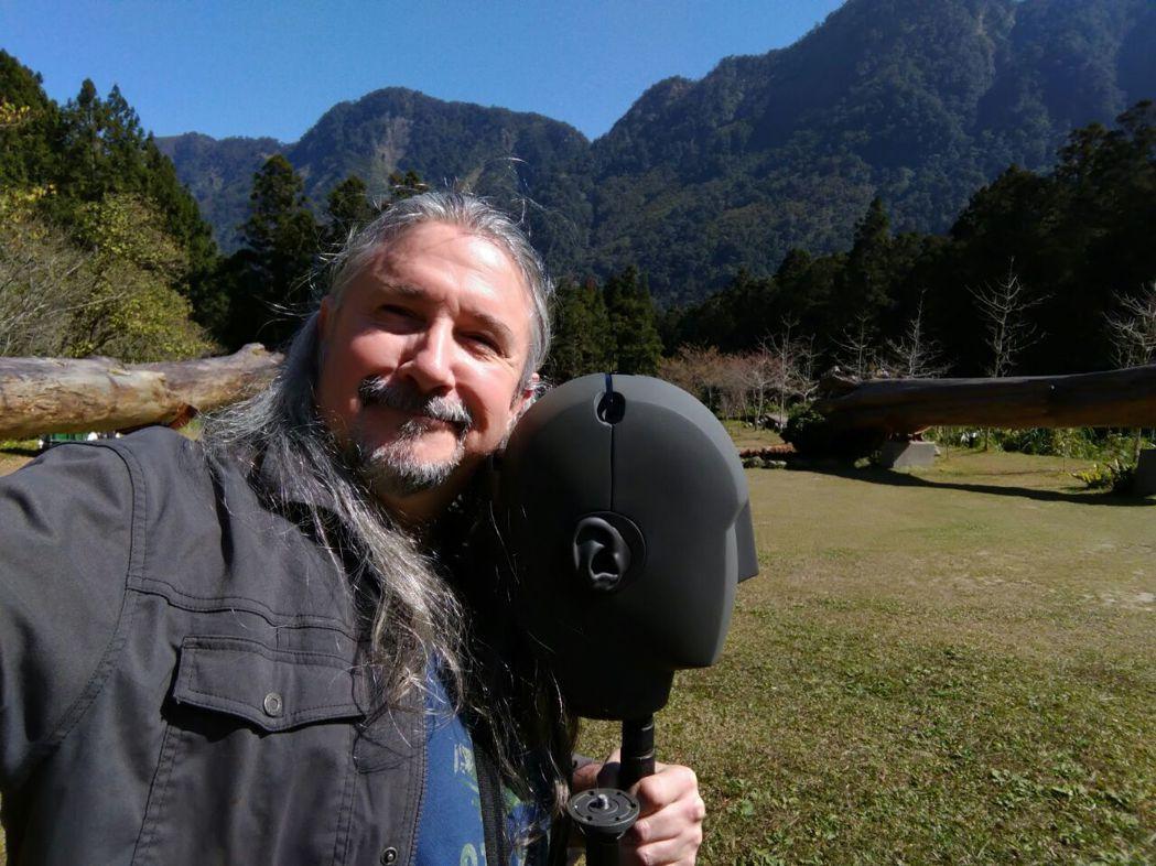 馬修連恩時常走訪台灣山間。圖/獨一無二提供