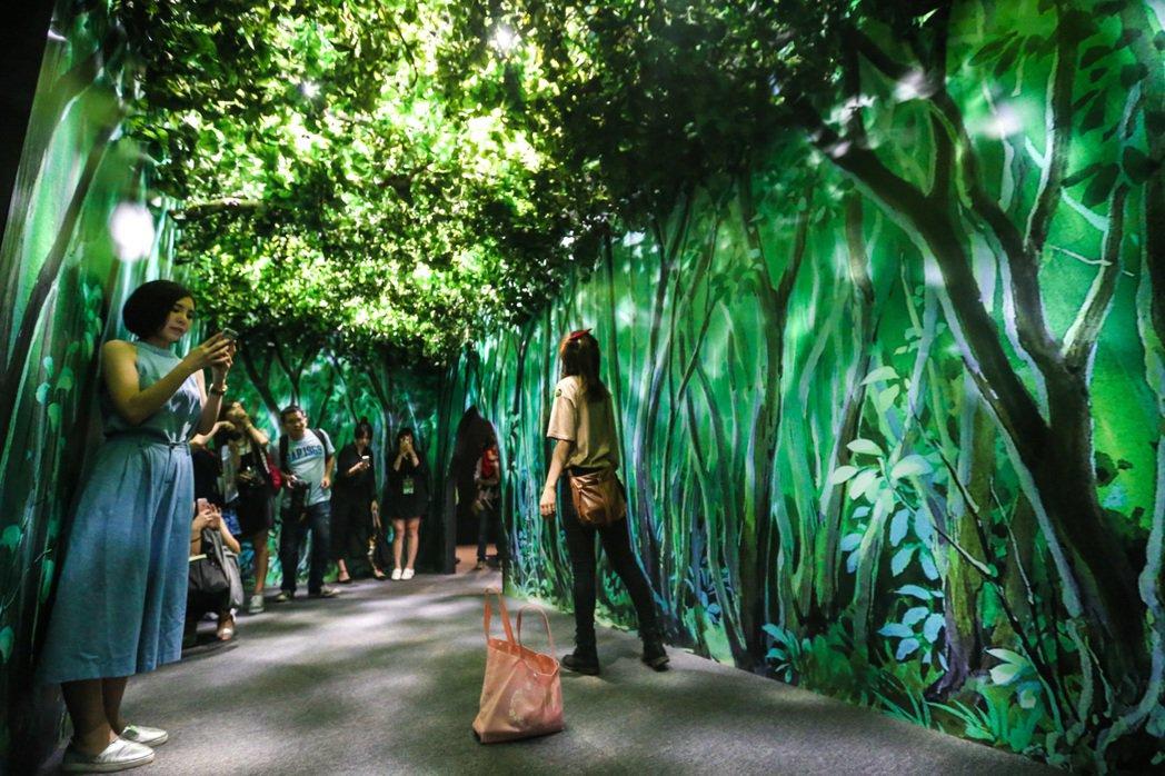 聯合報系去年「吉卜力的動畫世界特展」的龍貓展區,布置出的樹叢隧道。圖/報系資料照