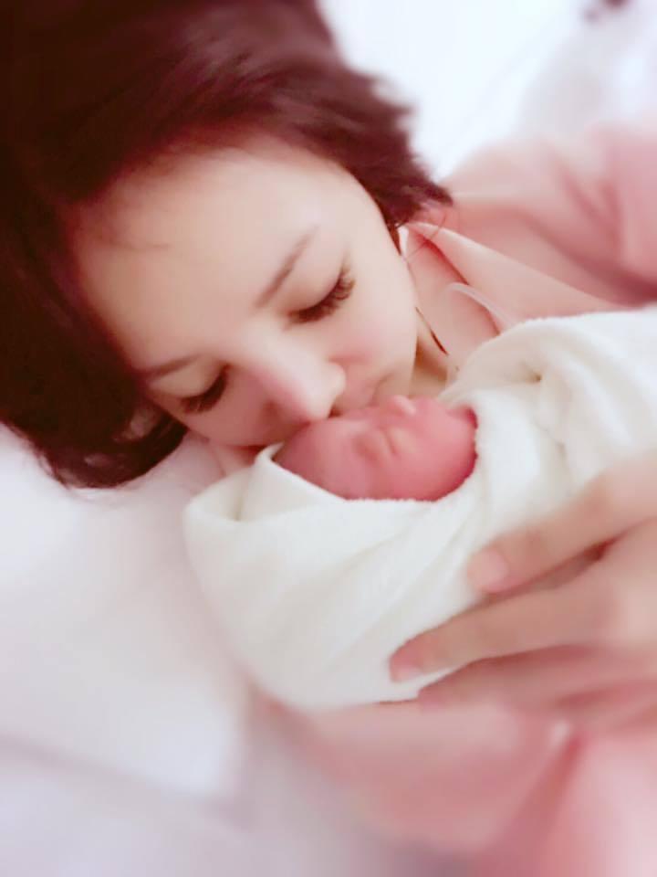 本土劇女星陳子玄剖腹生兒,抱著「小情人」母愛洋溢。圖/摘自陳子玄臉書