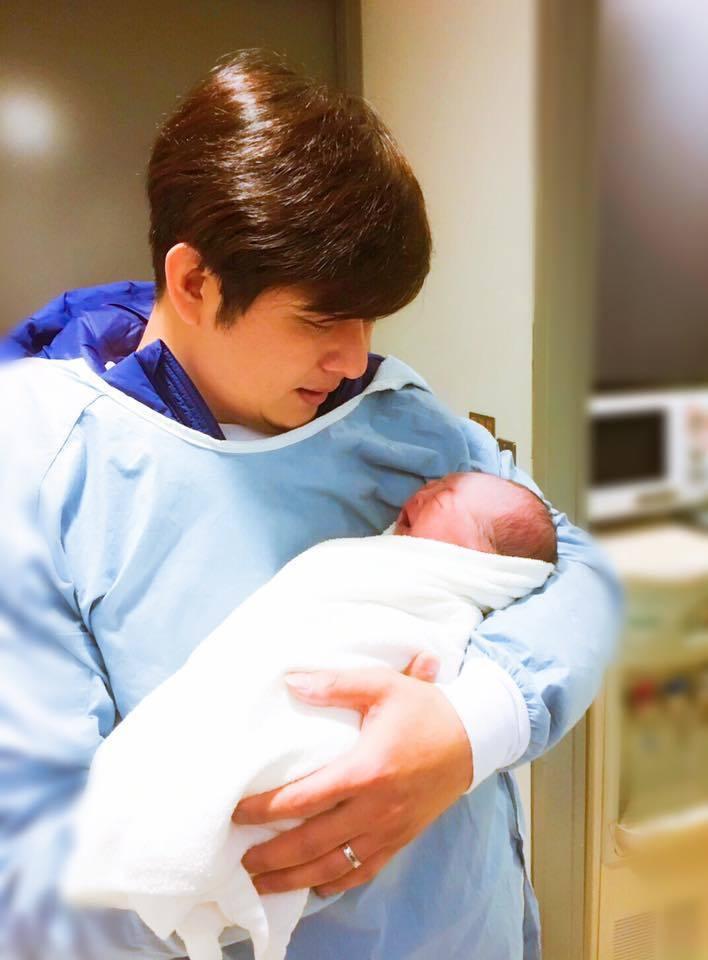 陳子玄生子,大15 歲演員老公陳建隆開心抱兒。圖/摘自陳子玄臉書