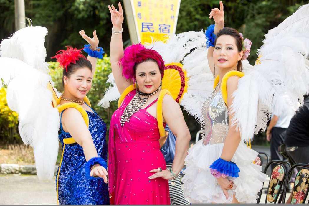 丁寧(右起)、鍾佳蓁、余月如大跳森巴舞。圖/公視提供