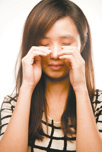 長期有揉眼習慣會提升眼周微血管破裂風險,使血液蓄積眼皮下方位置,釀成熊貓眼。 圖...